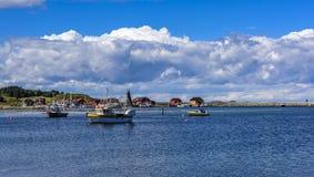 Pilastro & barche del paesino di pescatori Fotografie Stock Libere da Diritti