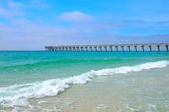 Pilastro che allunga fuori sopra le acque del golfo del Messico Fotografia Stock