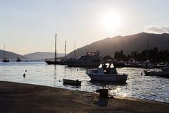 pilastro con gli yacht al tramonto Immagine Stock Libera da Diritti
