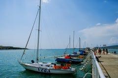 Pilastro con gli yacht un giorno soleggiato Immagini Stock Libere da Diritti