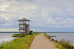 Pilastro con il percorso di camminata nel lago un giorno nuvoloso, Lettonia di liepaja Fotografia Stock Libera da Diritti