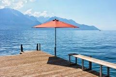 Pilastro con l'ombrello sul lago geneva dello svizzero di Montreux Fotografie Stock Libere da Diritti