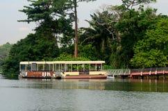 Pilastro con le barche turistiche per il fiume Safari Cruise Singapore Fotografia Stock Libera da Diritti