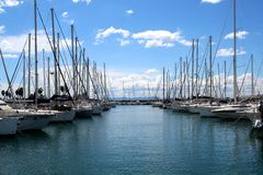Pilastro con le barche, le barche a vela e gli yacht immagini stock libere da diritti