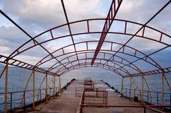 Pilastro dal mare con il cielo drammatico Immagine Stock Libera da Diritti