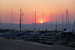 Pilastro degli yacht alla polizia del lago sul tramonto Immagine Stock Libera da Diritti