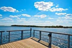 Pilastro del lago contro il cielo blu Fotografia Stock Libera da Diritti