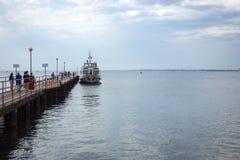 Pilastro del mare e barca attraccata fotografie stock