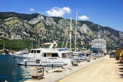 Pilastro della marina con gli yacht e le fodere di crociera nella città di Cattaro Fotografie Stock Libere da Diritti