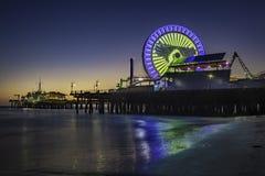 Pilastro della Santa Monica alla notte fotografia stock