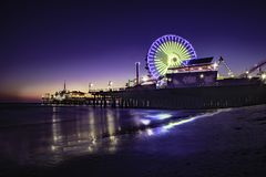 Pilastro della Santa Monica alla notte fotografie stock