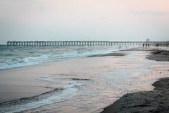 Pilastro della spiaggia dell'isola dell'oceano in Nord Carolina immagini stock libere da diritti