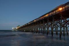 Pilastro della spiaggia di follia alla notte fotografia stock libera da diritti