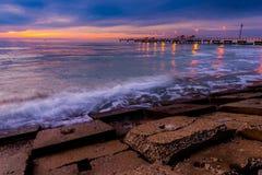 Pilastro di Fort De Soto Gulf dopo il tramonto Tierra Verde, Florida fotografie stock