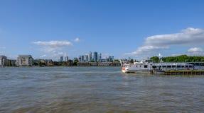 Pilastro di Greenwich con l'incrociatore del fiume che aspetta per partire immagine stock libera da diritti