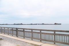 Pilastro di Kiptopeke con le navi concrete del frangiflutti Immagini Stock Libere da Diritti