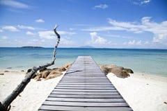 Pilastro di legno alla spiaggia Immagini Stock