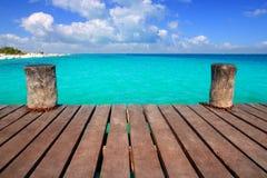 Pilastro di legno caraibico con il mare del aqua del turchese Immagine Stock Libera da Diritti