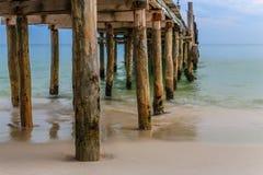 Pilastro di legno che avanza nel mare Immagine Stock