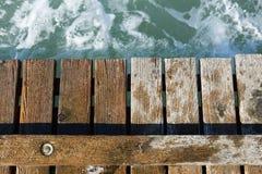 Pilastro di legno che conduce nel mare blu Fotografie Stock