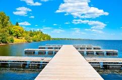 Pilastro di legno del lago Fotografie Stock