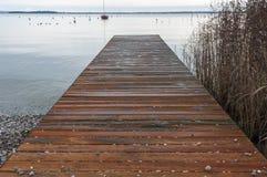 Pilastro di legno di polizia del lago all'inverno Immagini Stock
