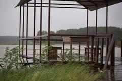 Pilastro di legno dopo la pioggia Fotografia Stock