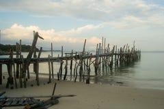 Pilastro di legno in Koh Samet in Tailandia fotografia stock