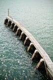 Pilastro di legno in mare Immagini Stock