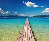Pilastro di legno nel paradiso tropicale Fotografia Stock Libera da Diritti