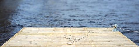 Pilastro di legno sopra un'acqua Immagine Stock