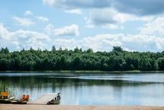 Pilastro di legno su una spiaggia del lago fotografia stock libera da diritti