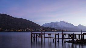 Pilastro di legno sul grande lago a Queenstown, Nuova Zelanda Fotografia Stock Libera da Diritti