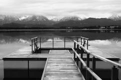 Pilastro di legno sul lago Fotografie Stock Libere da Diritti