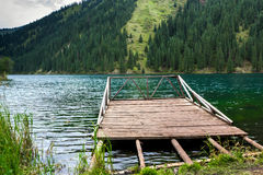 Pilastro di legno sul lago della montagna Fotografie Stock Libere da Diritti