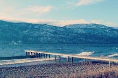 Pilastro di legno sul lago nella stagione invernale Fotografia Stock Libera da Diritti