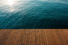 Pilastro di legno sul mare fotografia stock