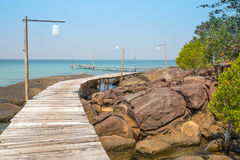 Pilastro di legno sulla bella spiaggia tropicale in isola Koh Kood, Tailandia Fotografia Stock Libera da Diritti
