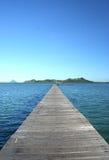 Pilastro di legno sulla laguna blu Fotografia Stock