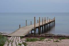 Pilastro di legno sulla spiaggia Fotografia Stock Libera da Diritti