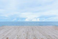 Pilastro di legno vuoto della piattaforma con la vista di oceano del mare immagine stock