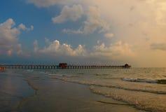 Pilastro di pesca alla spiaggia di Napoli, Florida Fotografia Stock Libera da Diritti
