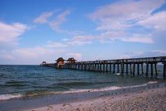Pilastro di pesca alla spiaggia di Napoli, Florida Fotografia Stock