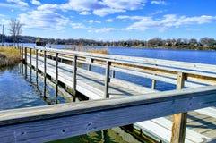 Pilastro di pesca che trascura il lago Fotografia Stock