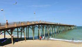 Pilastro di pesca della spiaggia di Kure, Nord Carolina fotografia stock libera da diritti
