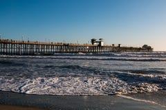 Pilastro di pesca di riva dell'oceano in San Diego County al crepuscolo Fotografie Stock Libere da Diritti