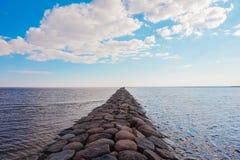 Pilastro di pietra che va lontano al mare immagini stock libere da diritti