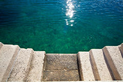 Pilastro di pietra delle scale concrete del mare fotografia stock