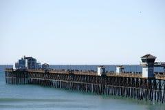 Pilastro di riva dell'oceano fotografie stock
