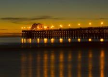 Pilastro di riva dell'oceano al tramonto Immagini Stock